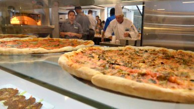 Pizza at UCSD restaurant features pepperoni made of beef and bacon with turkey. Photo by Chris Stone