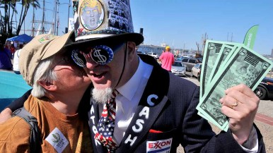 Rebecca Wilbanks gives Michael Mufson a kiss, but not for cash, before rally at People's Climate March San Diego. Photo by Ken Stone