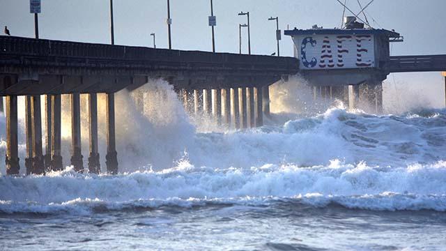 High surf at Ocean Beach pier