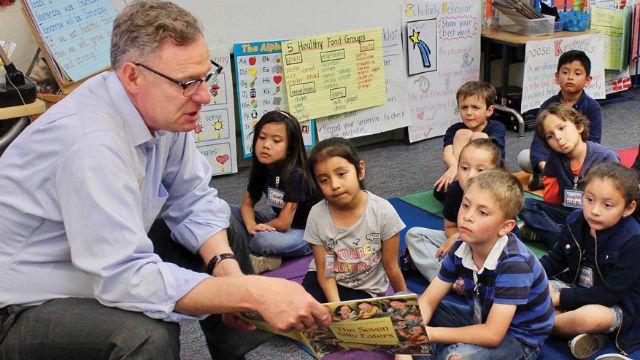 Rep. Scott Peters reads to schoolchildren
