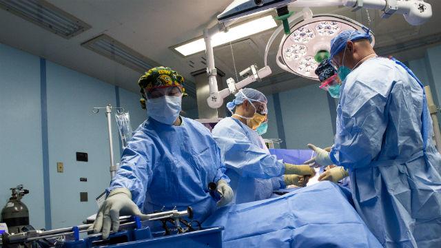 Sailors perform a surgery on the USNS Mercy