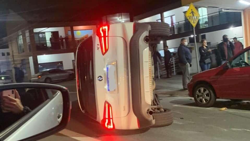 BMW tomba após colidir com veículos estacionados
