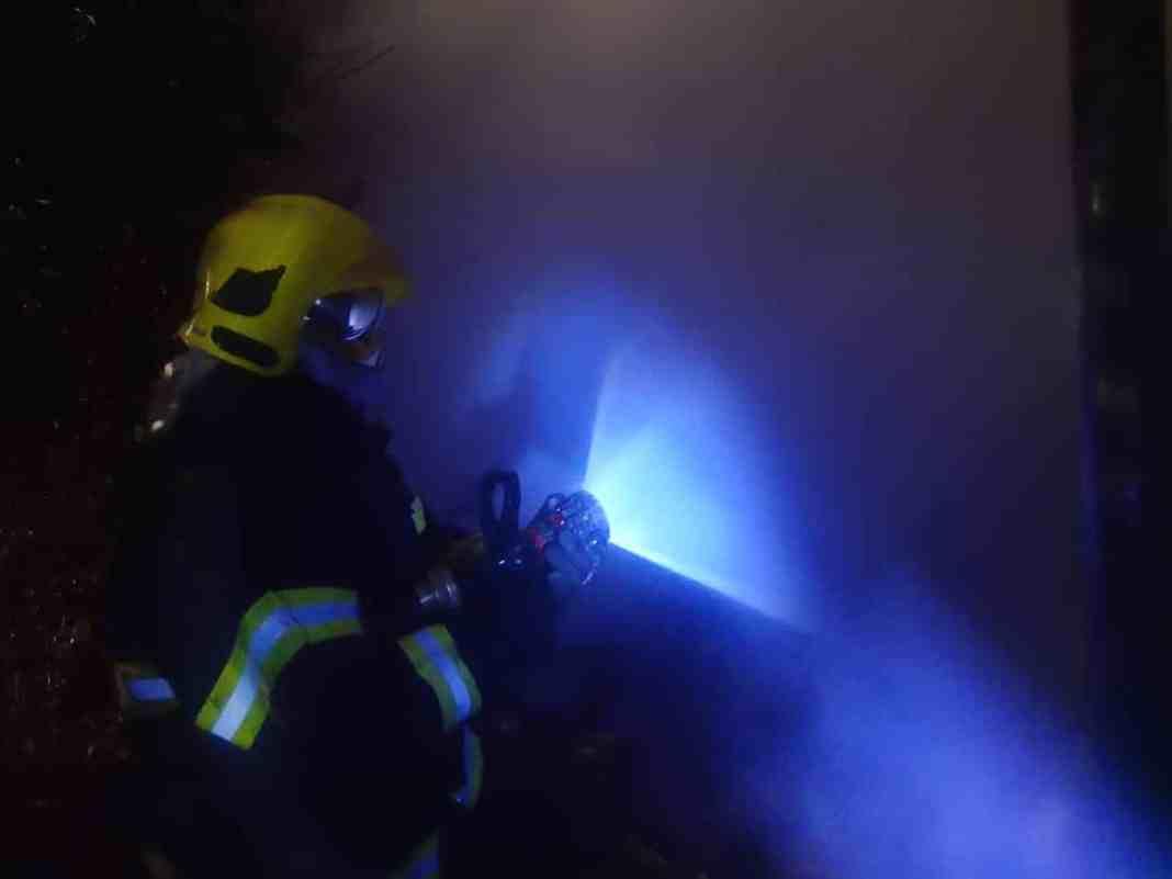 idosa morre queimada durante incêndio - bombeiros lutam para extingue chamas