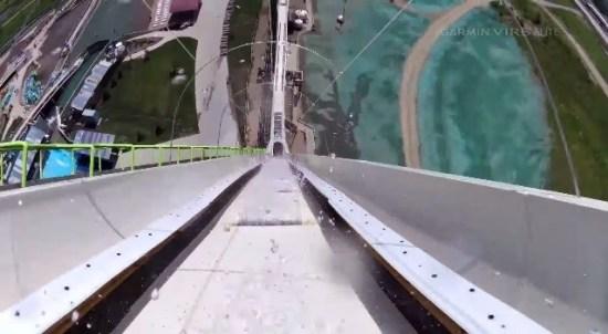第一人稱視角體驗 17 層樓高滑水道!