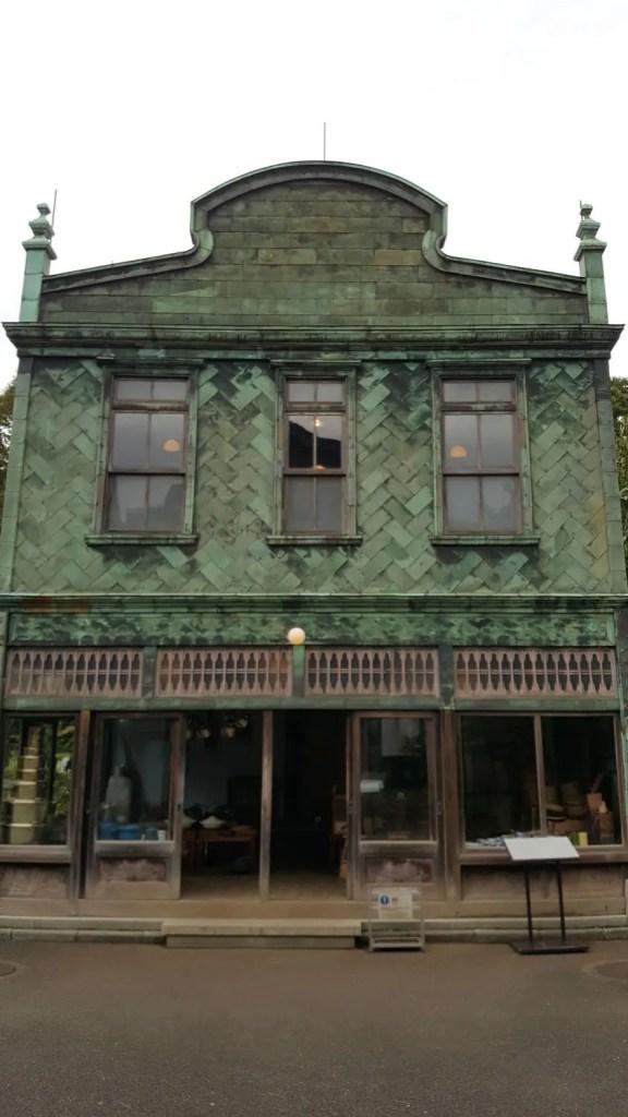 """Küchenutensilen-Geschäft """"Maruni Shoten"""" im Edo-Tokio Freilicht-Architektur-Museum."""