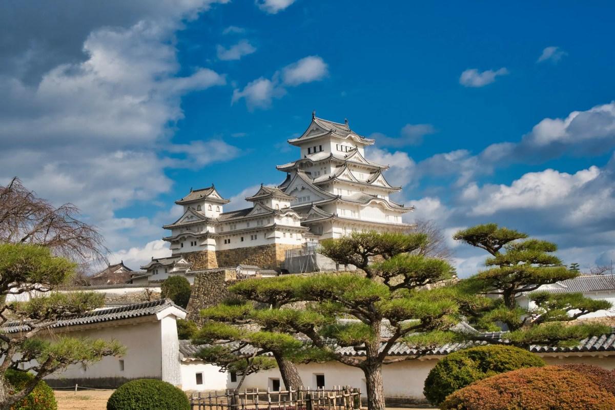 Burg Himeji mit einem japanischen Garten im Vordergrund.