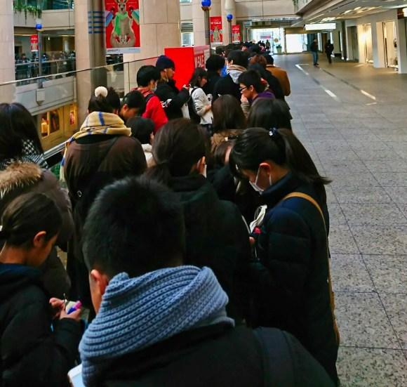 Menschenschlange vor dem Pokemon Center in Yokohama zu Neujahr.