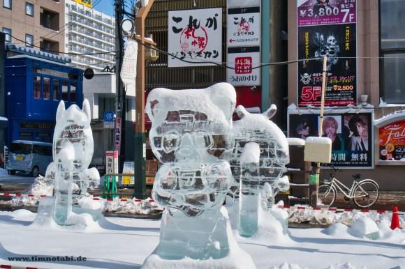 Bild einer süßen Bären-Eisskultpur in Sapporo