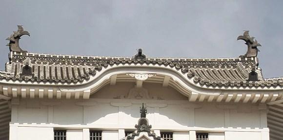 Bild von Burg Himeji mit zwei Shachiverzierungen