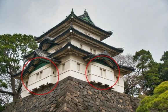 Bild eines Ishiotoshi bei einem Yagura von Burg Edo