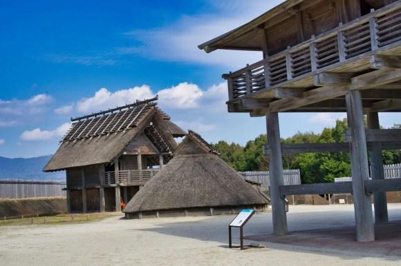 Bild vom Gebäude auf Holzpfählen im Yoshinogari Park