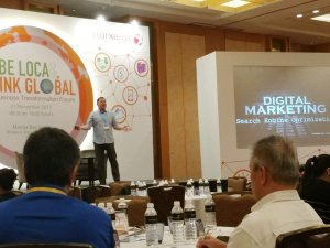 Timotheus on stage speaking about Digital Marketing