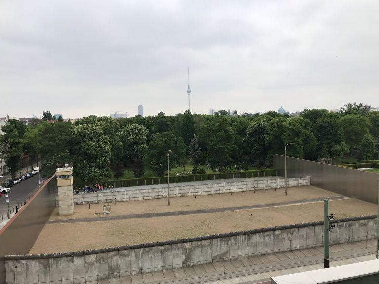 Bernauerstrasse doen Berliner wall memorial oost-berlijn