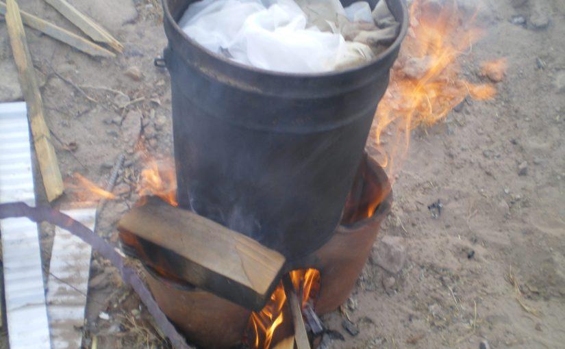 Petite cuisinière en céramique ramenée de Cuzco, pratique et économe en combustible pour chauffer mes bains