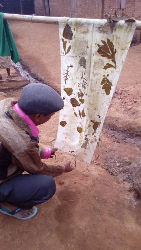 Mon ami Hilaire découvrant un de ses premiers ecoprint, Antsirabé, Madagascar