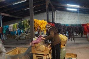 Utilisation de la machine à carder, photo prise par une cliente de Rincón de Angel