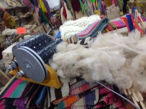 Machine à carder à clous,plus efficace, je l'ai testée avec de la laine d'alpaga brute, des petits poils ont volé dans tous les sens