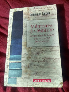 Livre de Dominique Cardon commentant un cahier d'échantillons d'un teinturier peu avant la Révolution Française