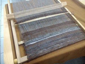 Tissage en cours. on peut apprécier les variations de couleurs de la laine