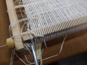 Préparation de la barre régulateur, séparée du support par deux grosses aiguilles