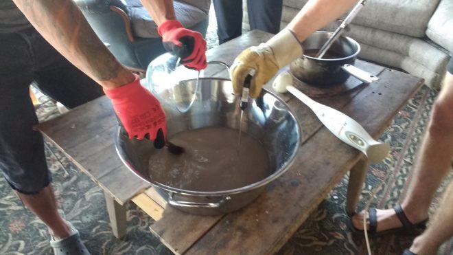 Mélange soude eau pour savon