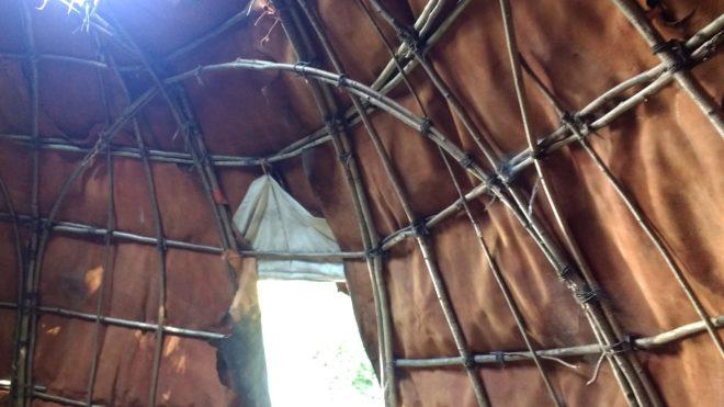 La structure est en bois et légère, dans cet abri du Village Lacustre