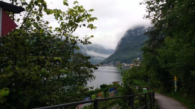 Vue du village d'Hallstatt depuis la gare, sur l'autre rive du lac