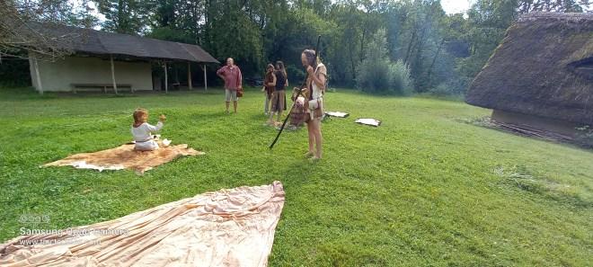 Au Rassemblement Préhistorique, j'ai mis à sécher les draps sur la pelouse