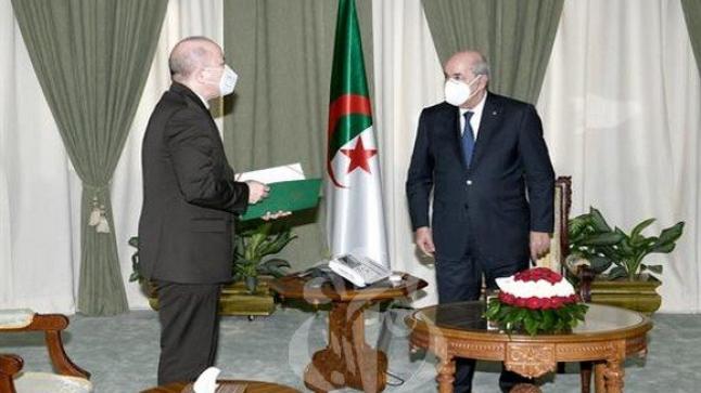 الملك يعزي تبون في وفاة الرئيس الأسبق عبد القادر بن صالح