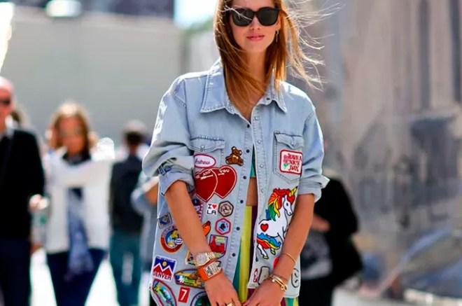 Menina usando uma roupa com patches aplicados