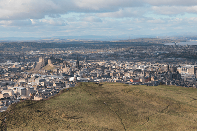 Vista do castelo de Edimburdo do Arthur's Seat