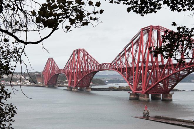 Turismo em Edimburgo: Forth Bridge vista de longe