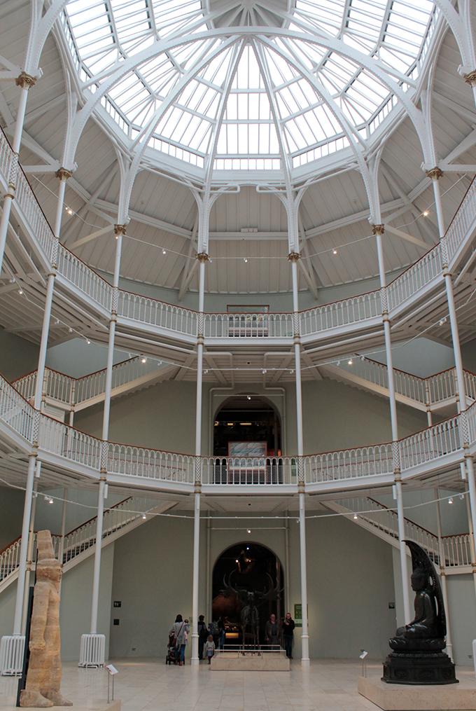Parte da arquitetura antiga do museu, com bastante luz e abóbodas de vidro