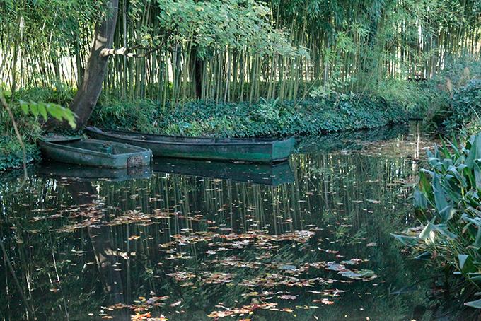 Barcos no lado dos Jardins de Monet