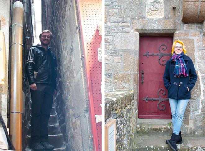 Uma rua pequenininha e uma porta legal em Monte Saint-Michel