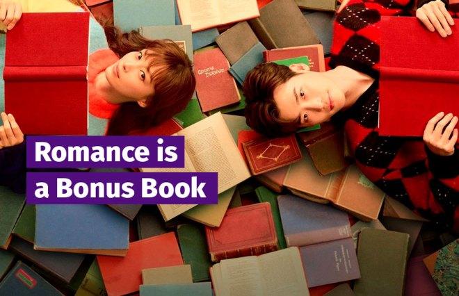 Romance is a Bonus Book escrito. Dan-i à esquerda e Eun-ho à direita deitados em cima de vários livros, cada um segurando o seu.