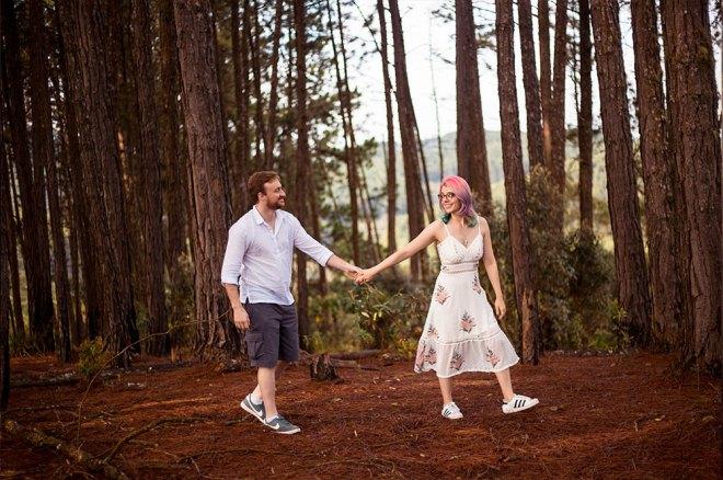Eu e João caminhando entre as árvores.