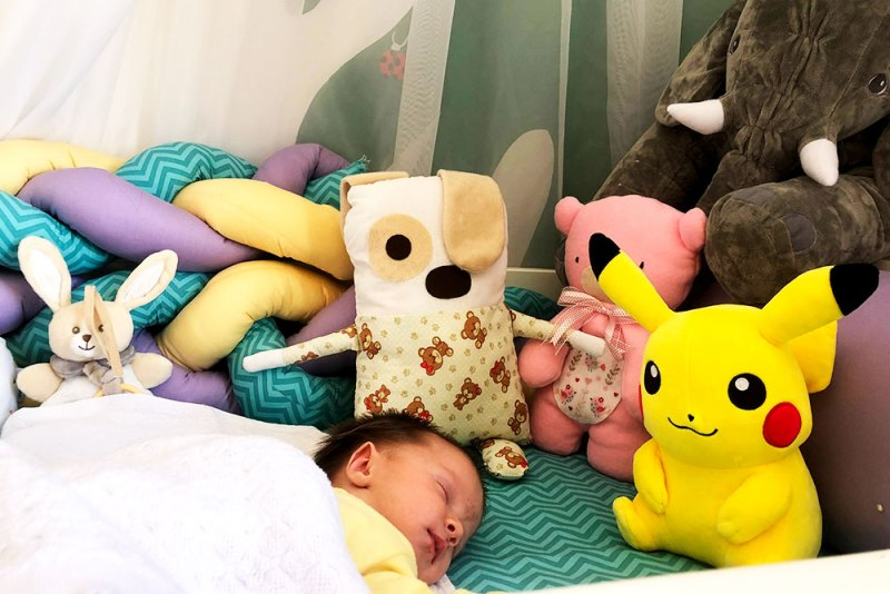 enxoval do bebê e Aurora dormindo no berço cheio de coisa de dia nas poucas vezes no começo.