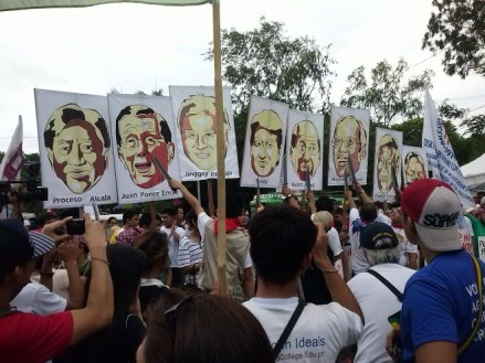 Protesters drew their bolos and shot at the photographs of public officials linked to the pork barrel scam.