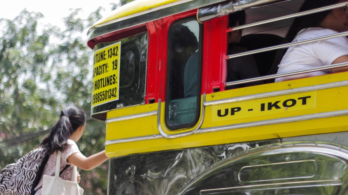 Nakahanda nang sumakay ang babae na ito sa isa sa mga IKOT jeep na bumabiyahe sa loob ng UP Diliman. Kuha ni Quin Astilla.