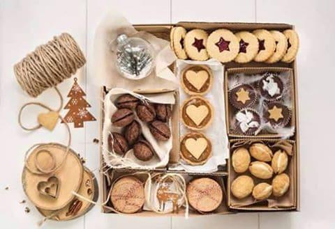 Oriešky plníme cez cukrárenský sáčok a zlepujeme dokopy. Naplňte ich maximálne 5 dní pred Vianocami.