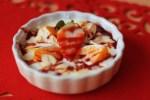 Kokosový jogurt s ovocím, lupienkami mandlí a ďatlovým sirupom
