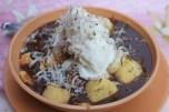 Hello to the Queen = karamelizirana banana, zdrobljeni kukiji, vroča čokoladna omaka in sladoled s kokosom