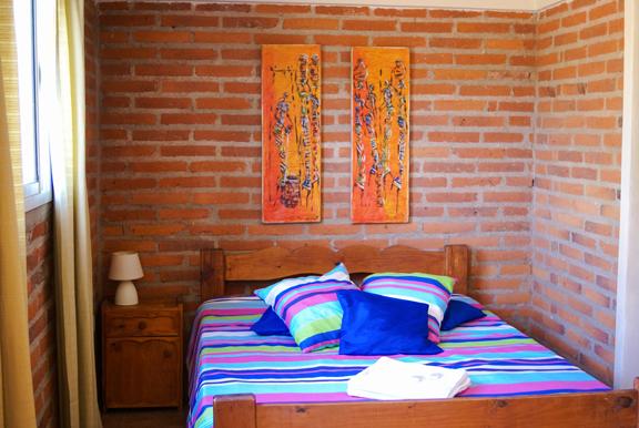 Hostel Tinktinkie tiene disponible una habitación privada para 2,3,4 o 5 personas con TV/DVD para ver peliculas. La habitacion tiene cama matrimonial,cucheta, cama simple,baño y entrada individual.