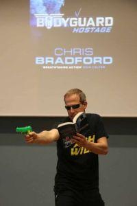 Bradford liest mit vorgehaltener Wasserpistole