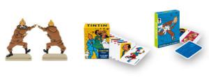 La figurine et les deux jeux de cartes reçus en cadeau.