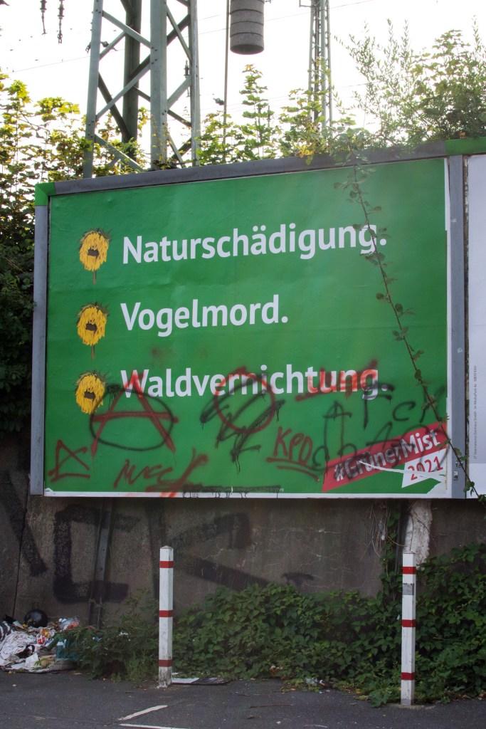 Beschmiertes Plakat der Kampagne Grüner Mist 2021