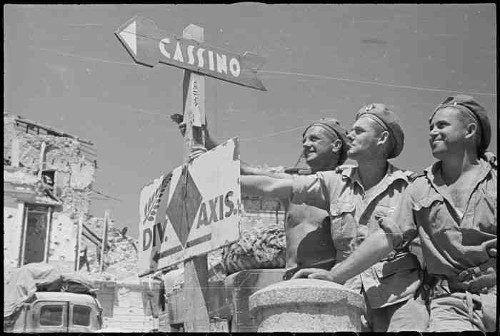 new_zealand_soldiers_beside_nz_division_axis_sign__atina_italy__may_1944_da06016f