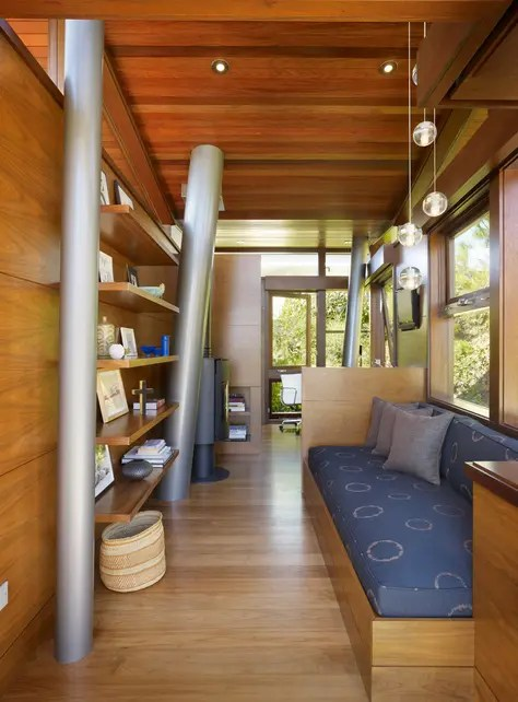 treehouse-interior-sofa-shelves