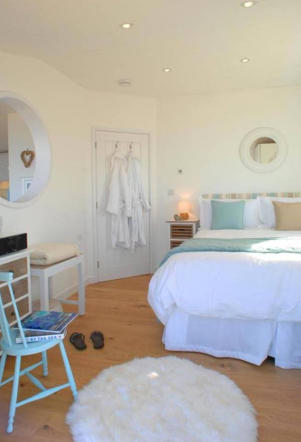 320-sq-ft-tiny-beach-cottage-vacation-in-cornwall-011